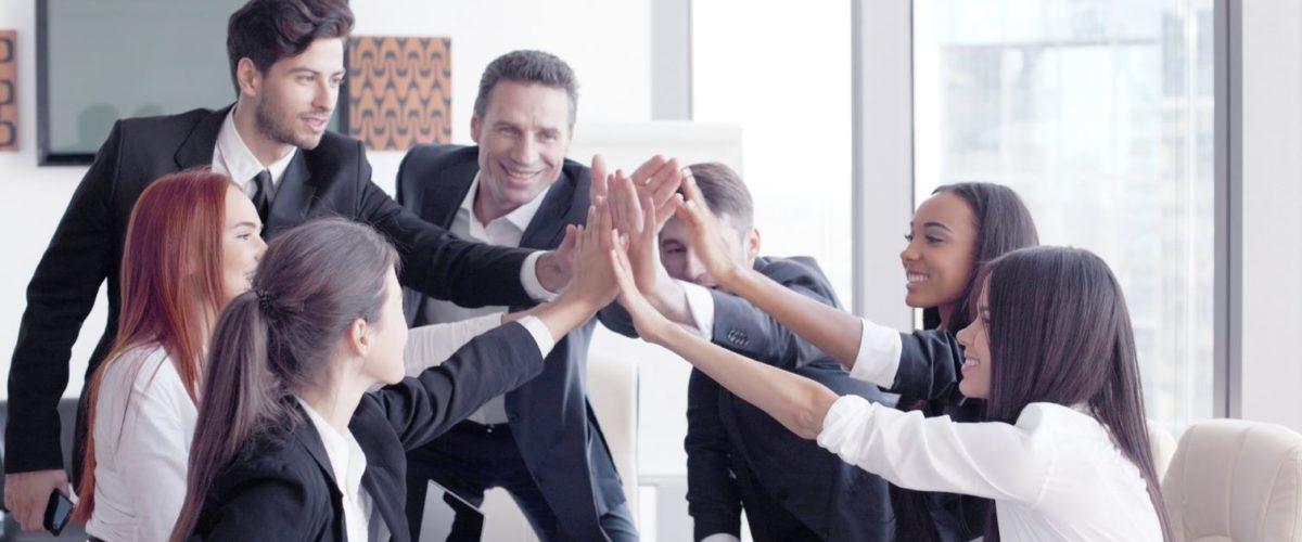 personas-reunion-sonriendo-chocando-los-cinco