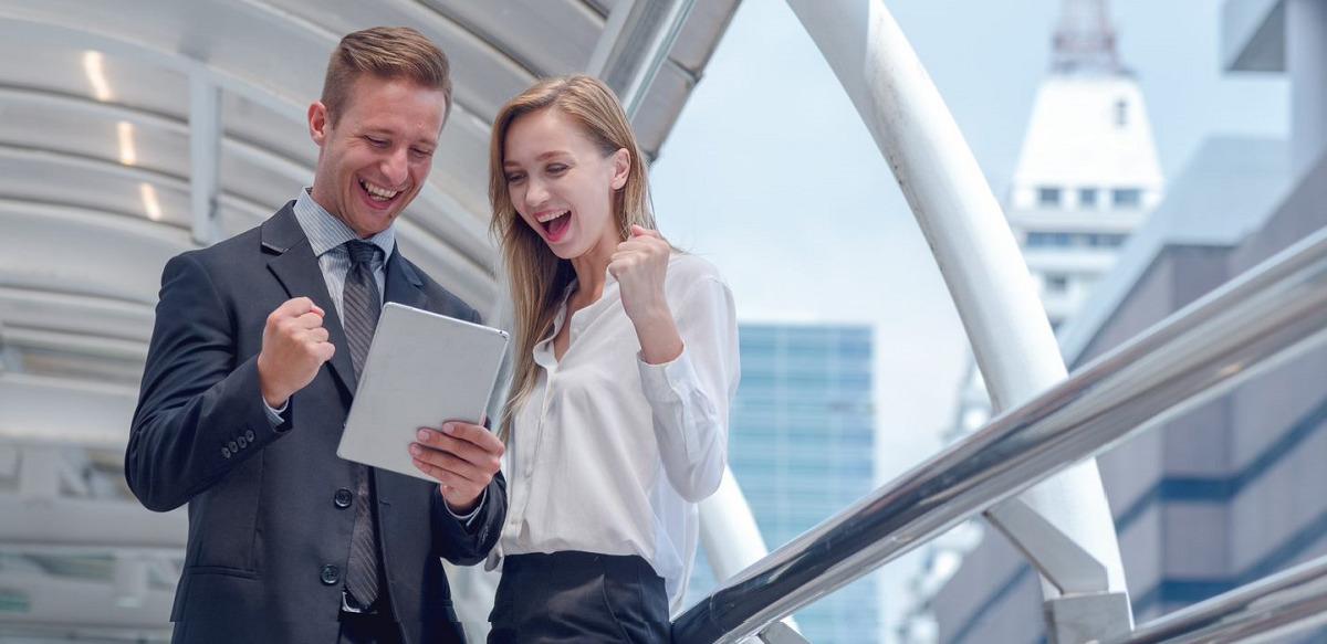dos empleados con una tablet firma digital