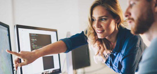 hombre_mujer_ordenador_oficina_brecha_salarial