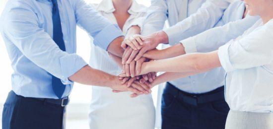 manos-en-contacto-personas-oficina